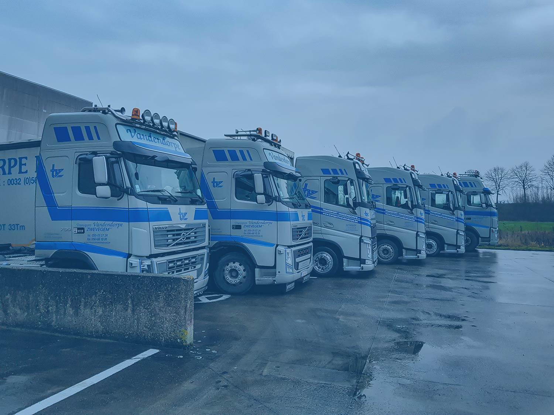 Rij van zes vrachtwagens Vandendorpe