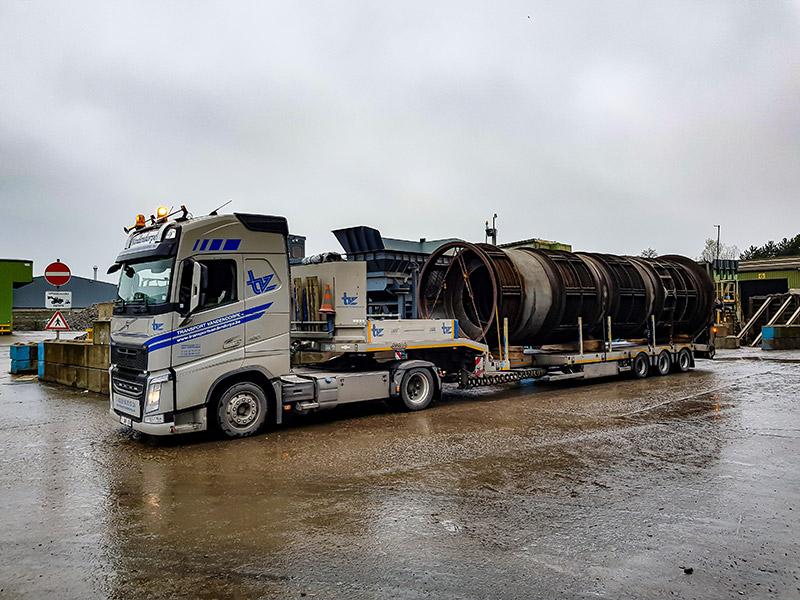 Vrachtwagen met grote lading, uitzonderlijk vervoer