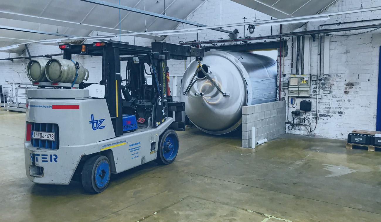 Verplaatsen machine met heftruck